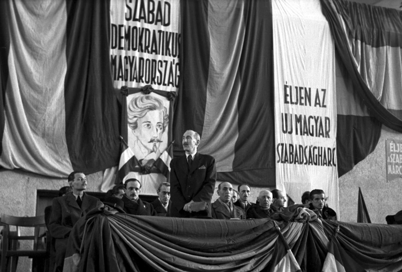 Budapest, 1945. március 15. Felszólaló a Sportcsarnokban március 15-én rendezett ünnepi nagygyűlésen. Balra, Orbán László, a Magyar Kommunista Párt vezetőségének tagja (b2).  MTI Fotó/MAFIRT: -
