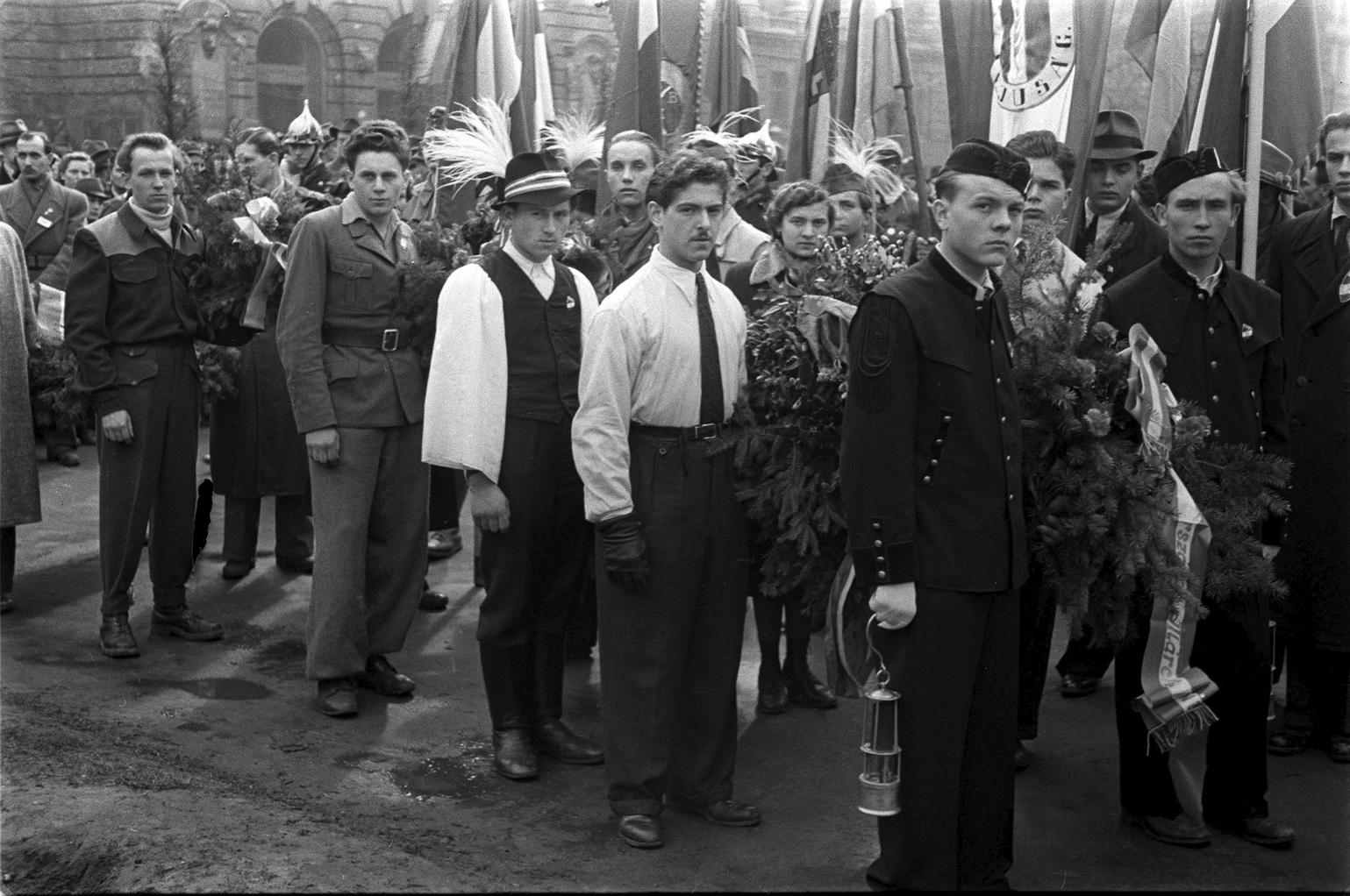 Budapest, 1946. március 15. Társadalmi szervezetek képviselői helyezik el koszorúikat a március 15-i ünnepség alkalmából a Nemzeti Múzeumnál tartott megemlékezésen. MAFIRT: Rózsa László