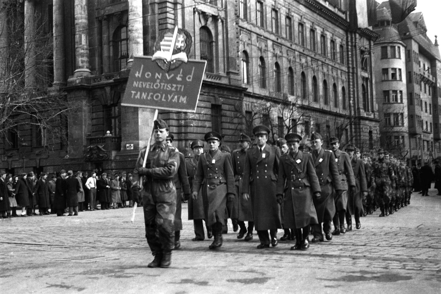 Budapest, 1947. március 15. A honvédtiszti tanfolyam hallgatói vonulnak a Parlament felé, ahol ünnepség kezdődik az 1848-49-es forradalom és szabadságharc 99. évfordulójának tiszteletére. MTI Fotó: Adorján Rezső