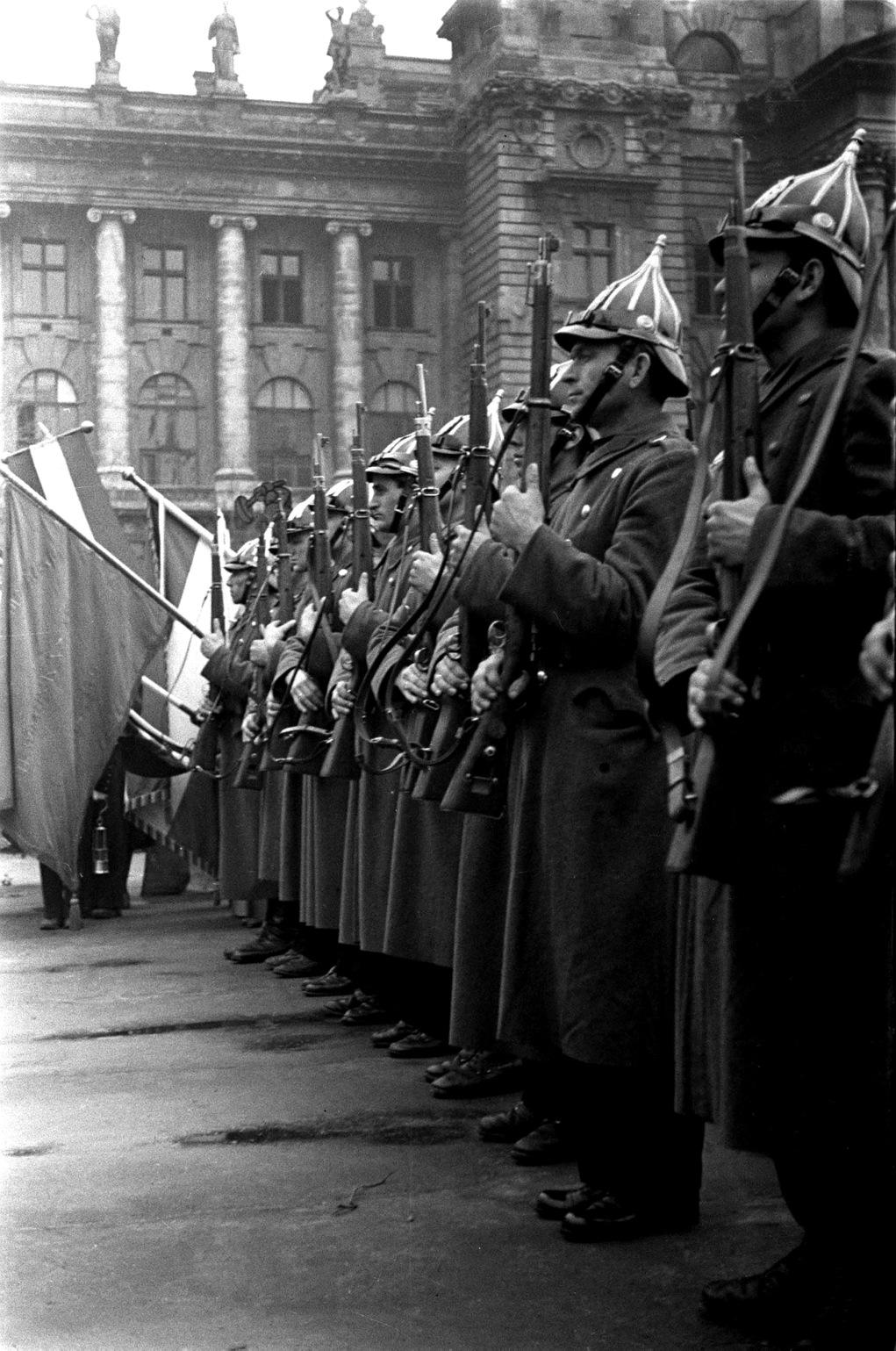 Budapest, 1946. március 15. Rendőri díszőrség sorakozik a március 15-i ünnepségen az Országház előtt. MTI Fotó: MAFIRT