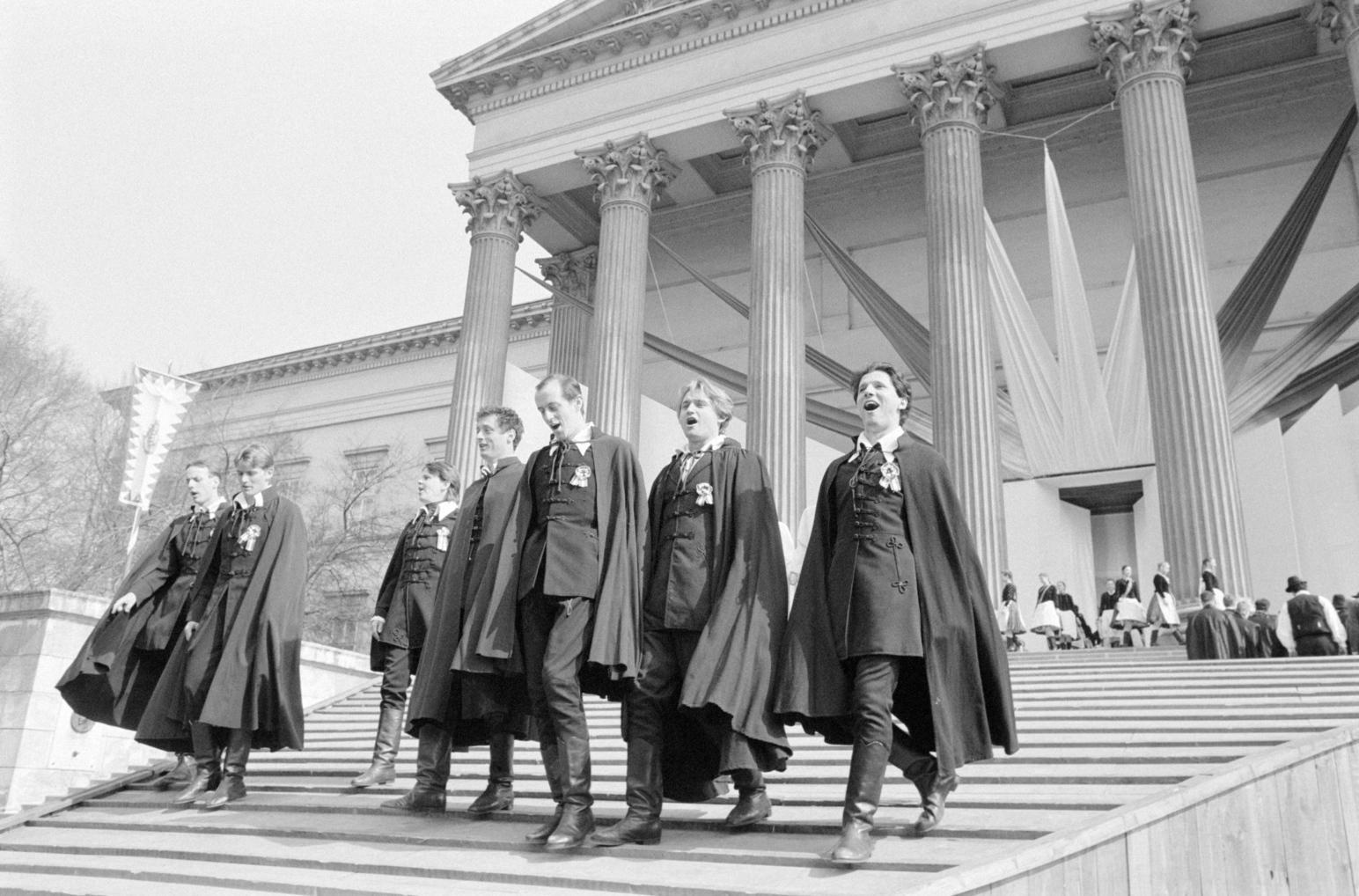 Budapest, 1987. március 15. Korhű ruhákba öltözött színészek 1848. március 15-e tiszteletére ünnepi műsort adnak elő  a Nemzeti Múzeum lépcsőin. MTI Fotó: Balogh P. László