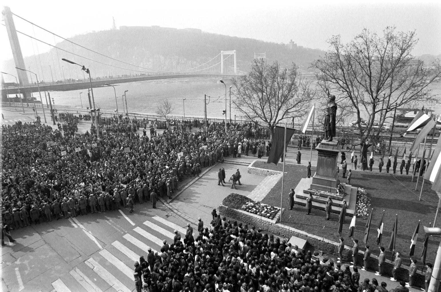 Budapest, 1979. március 15. Az 1848-49-es forradalom és szabadságharc évfordulója alkalmából március 15-én koszorúzási ünnepséget tartottak a Petőfi szobornál, majd a résztvevők átvonultak a Nemzeti Múzeumhoz, ahol nagygyűlésen emlékeztek meg az évfordulóról. A képen: koszorúzási ünnepség a Petőfi szobornál. MTI Fotó: Friedmann Endre