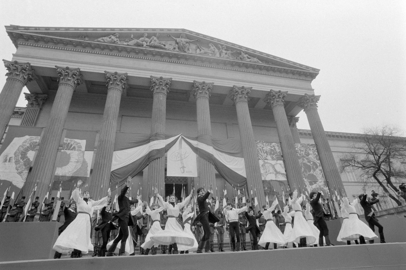 Budapest, 1983. március 15. Ünnepi műsor a március 15-i ünnepségen a Múzeum-kertben. A Forradalmi Ifjúsági napok nyitányaként ünnepi nagygyűlést rendezett a KISZ Központi Bizottsága és a Hazafias Népfront Országos Tanácsa. MTI Fotó: Friedmann Endre