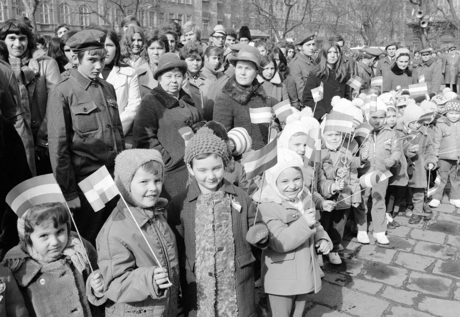 Budapest, 1973. március 15. Óvodások a Magyar Kommunista Ifjúsági Szövetség és a Hazafias Népfront által szervezett ifjúsági nagygyűlés résztvevői között a Nemzeti Múzeum kertjében. A nagygyűlés része volt a március 15-i ünnepségeknek. MTI Fotó: Szebellédy Géza
