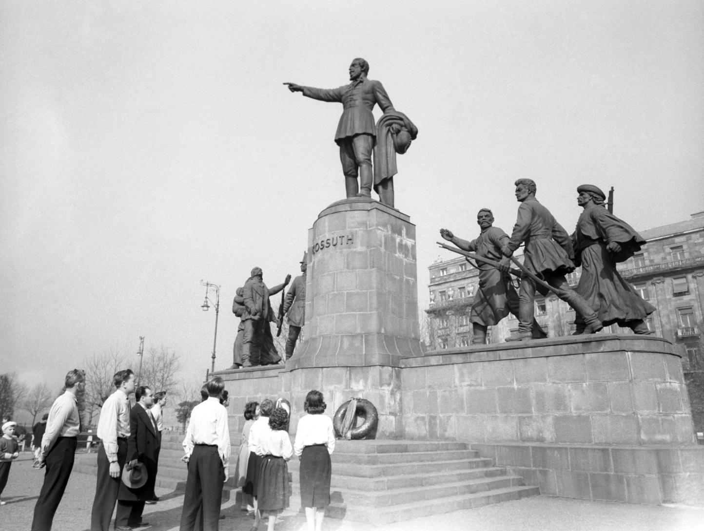 Budapest, 1960. március 15. Az ifjúság koszorúz a Kossuth szobornál rendezett március 15-i ünnepségen a Kossuth Lajos téren. MTI Fotó: Vigovszki Ferenc