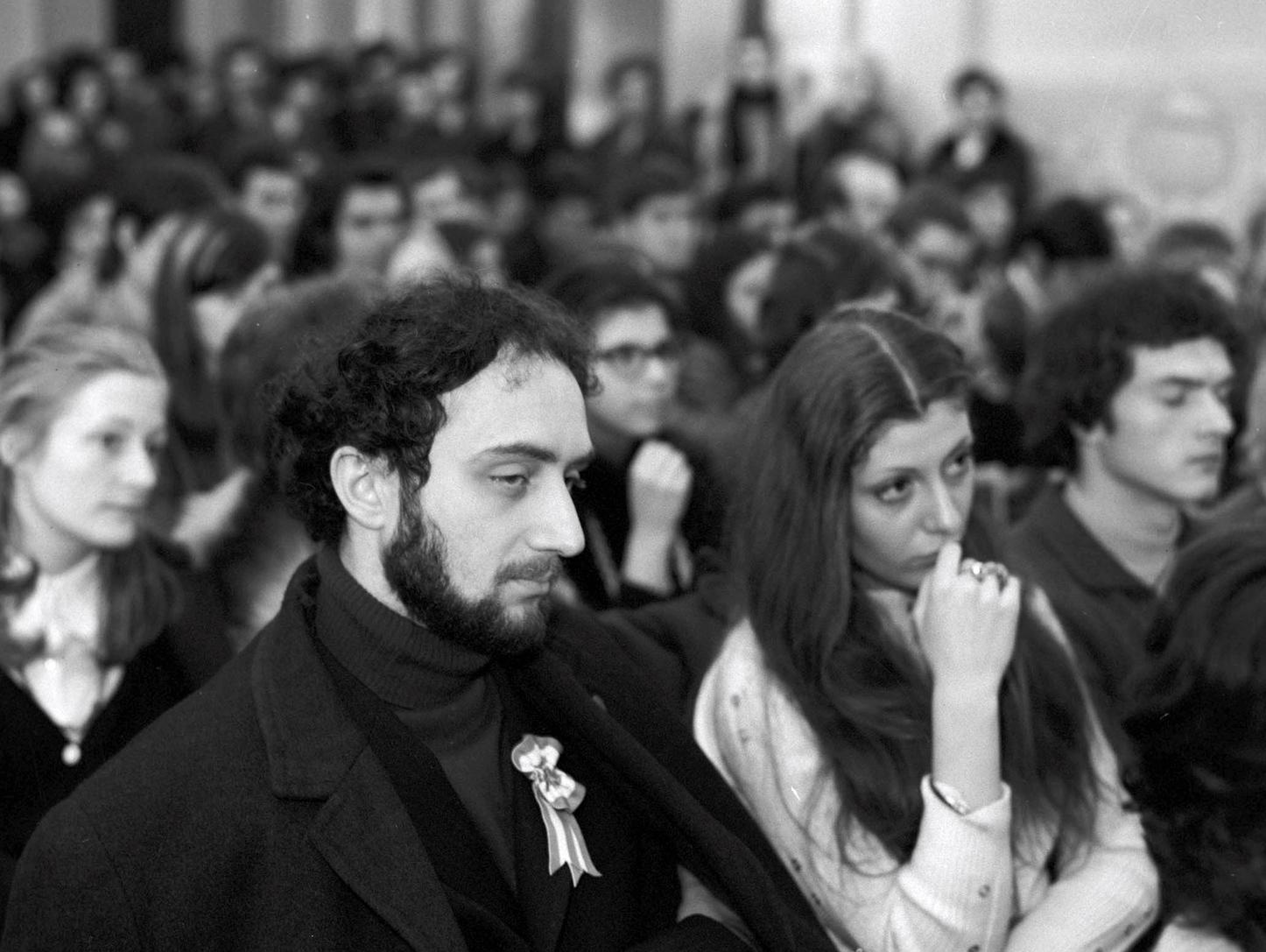 Budapest, 1973. március 14. Egyetemisták az ünnepi beszédet hallgatják, az ELTE  március 15.-e tiszteletére rendezett hallgatói ünnepségén, az egyetem aulájában. MTI Fotó: Benkő Imre