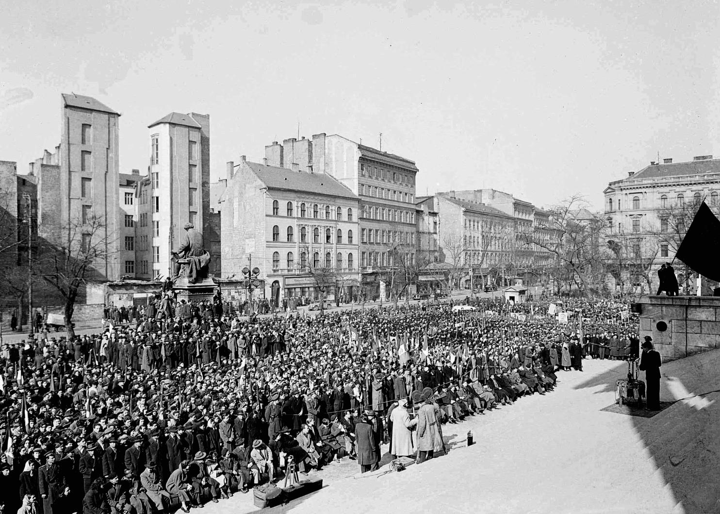 Budapest, 1952. március 15. A március 15-ei ünnepség a Nemzeti Múzeum kertjében.  MTI Fotó: Botta Ferenc -