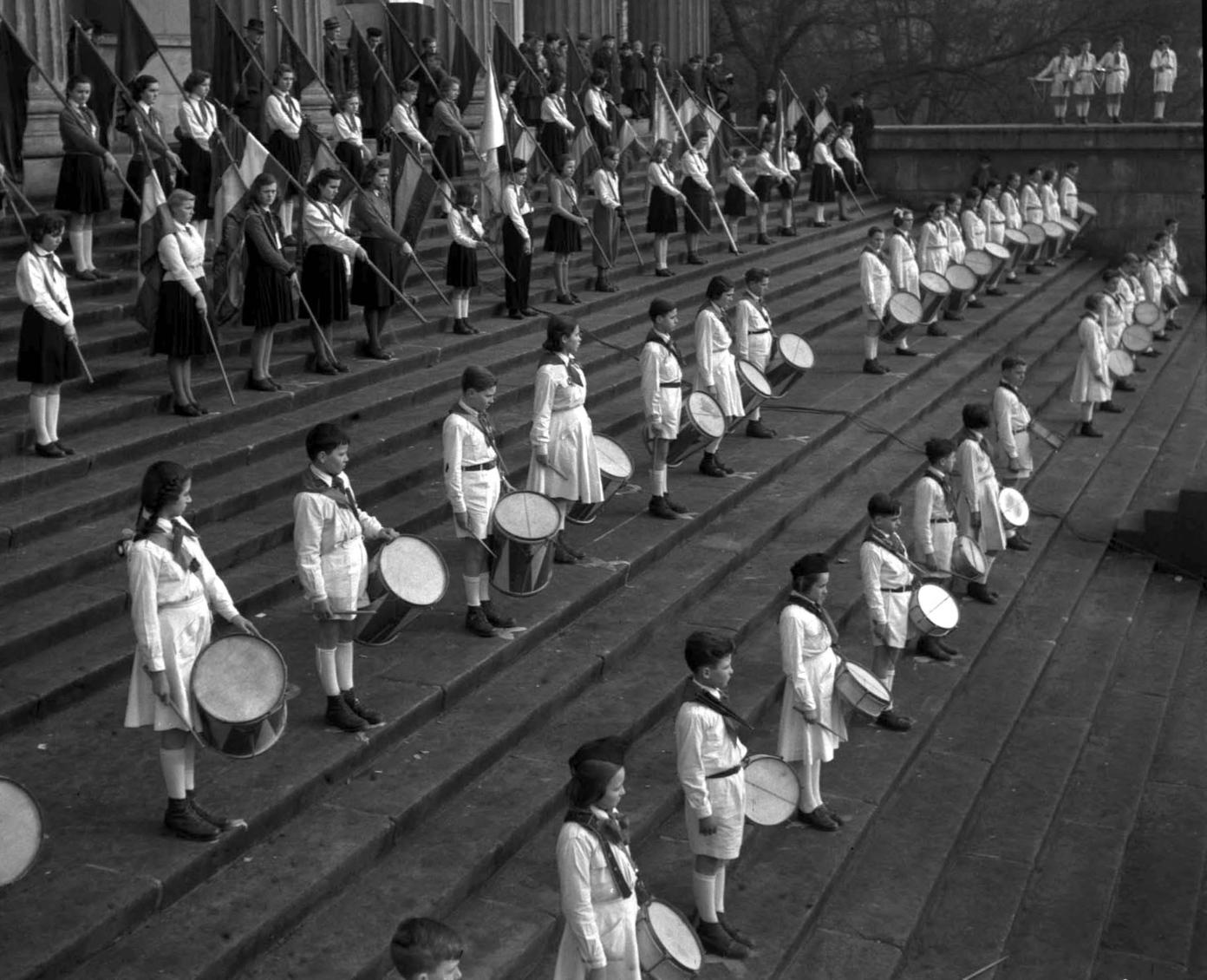 Budapest, 1954. március 14. Az 1848/49-es forradalom és szabadságharc alkalmából ezer történelem szakkörös úttörő részvételével emlékünnepséget tartottak a Nemzeti Múzeumnál. MTI Fotó/Magyar Fotó: Farkas Tamás