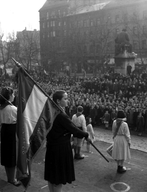 Budapest, 1954. március 14. Az 1848-as forradalomra és szabadságharcra emlékezve ezer történelemszakkörös úttörő részvételével emlékünnepséget tartottak a Nemzeti Múzeumnál. MTI Fotó: Farkas Tamás