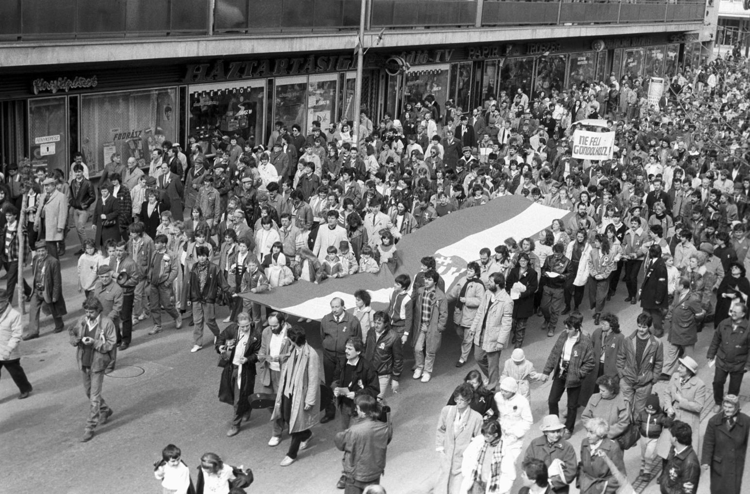 Zalaegerszeg, 1989. március 11. A résztvevők a Csányi László térre vonulnak a Magyar Demokrata Fórum (MDF) és a Fiatal Demokraták Szövetsége (FIDESZ) szervezésében megtartott március 15-i ünnepségen. MTI Fotó: Zóka Gyula