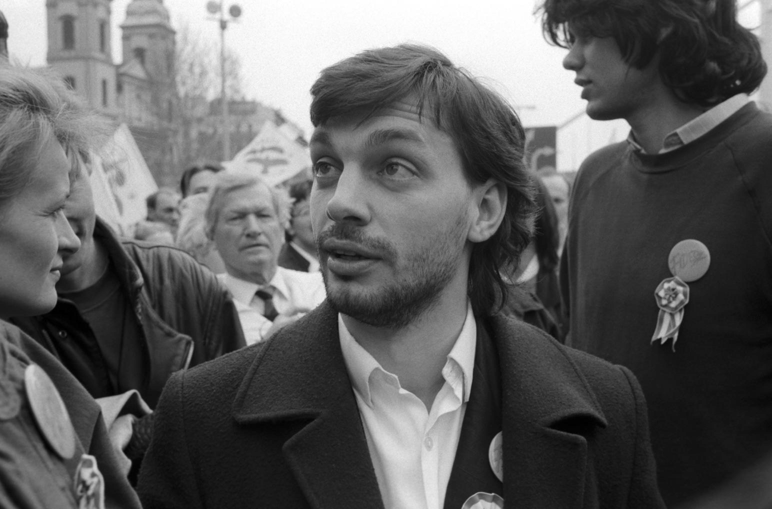 Budapest, 1990. március 15. Orbán Viktor, a Fiatal Demokraták Szövetségének szónoka (k) és Deutsch Tamás, a Fidesz Országos Választmányának tagja (j) az 1848–49-es forradalom és szabadságharc alkalmából rendezett ünnepségen a Március 15. téren. MTI Fotó: Mónos Gábor