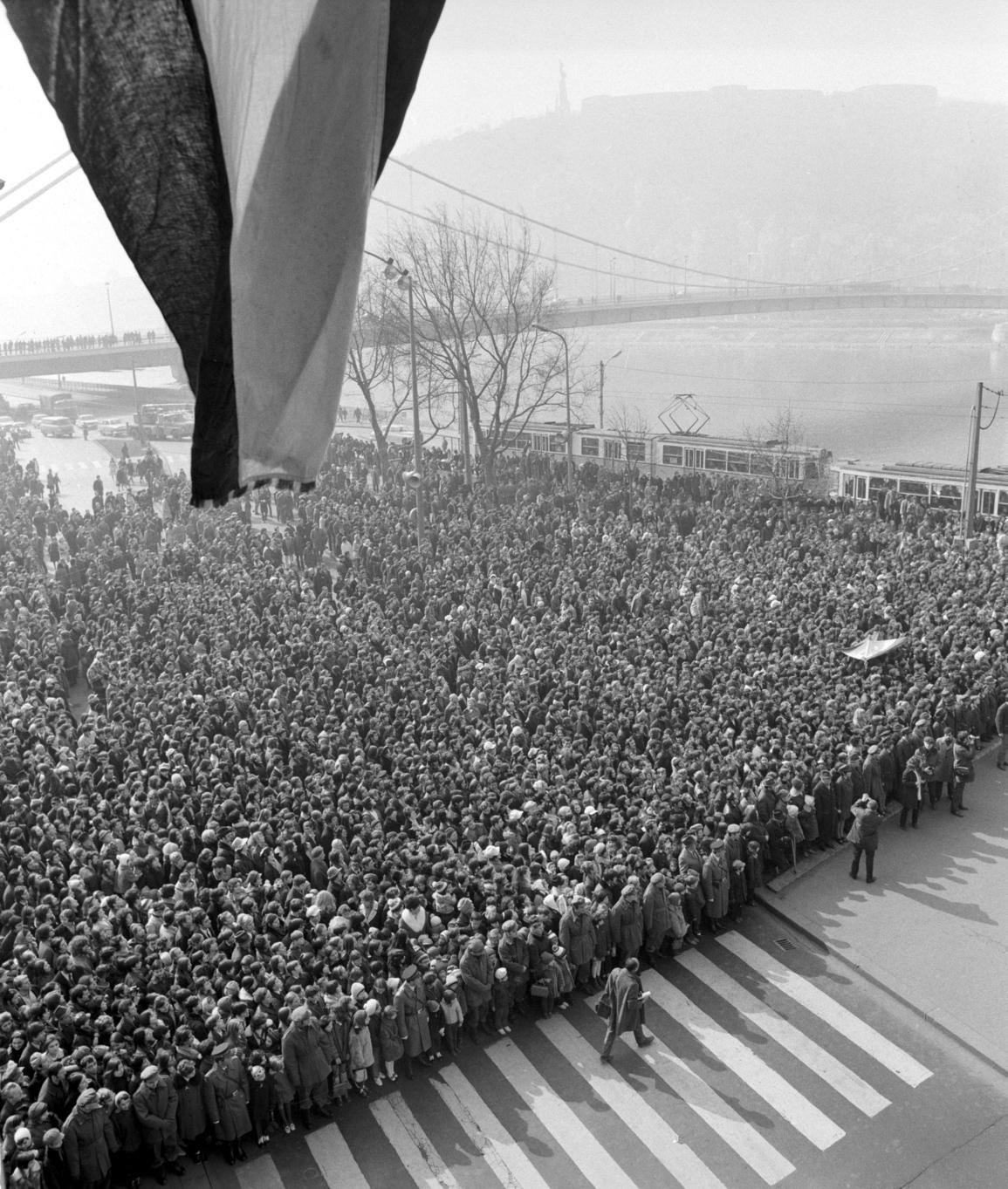 Budapest, 1972. március 15. Koszorúzás az 1848-as forradalom évfordulóján a Petőfi szobornál. A KISZ és a Hazafias Népfront az ünnepség alkalmából avatta fel az 1942-es március 15-i antifasiszta háborúellenes tüntetés emléktábláját. MTI Fotó: Tormai Andor