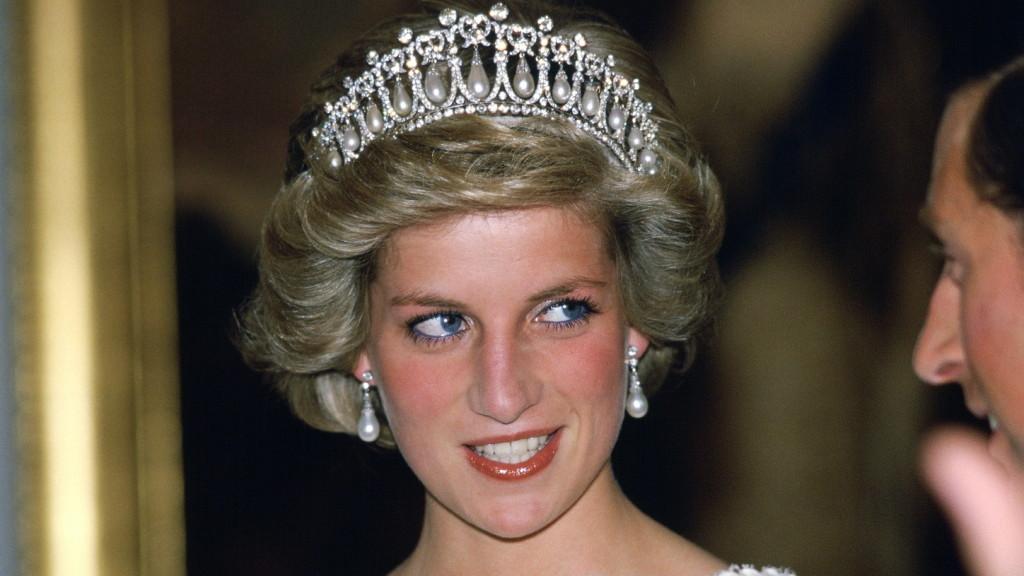 A The Crown színésznője olyan tökéletes Diana hercegné, hogy a szemünknek is alig hiszünk