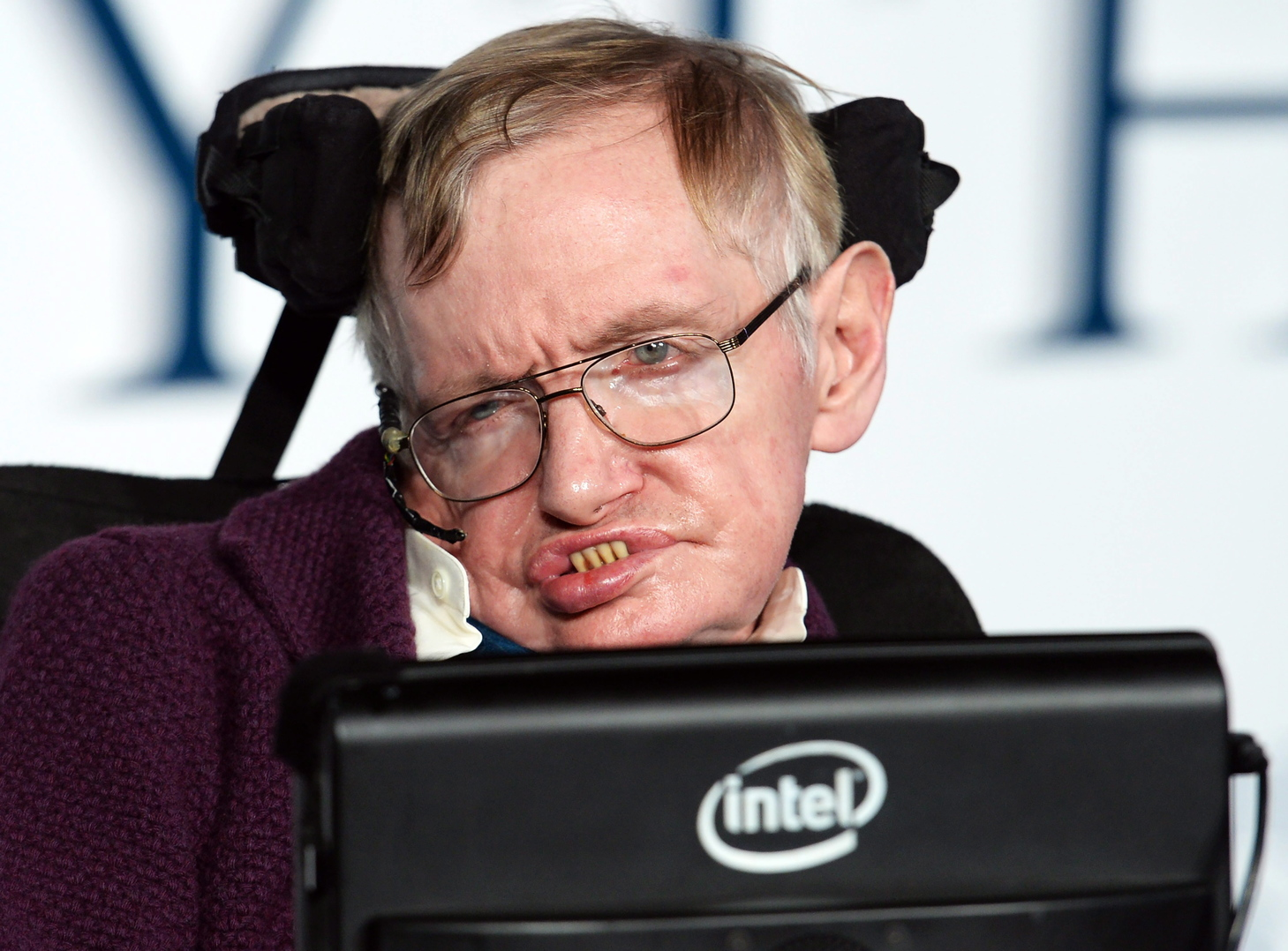 Stephen Hawking brit elméleti fizikus, csillagász az életéről szóló, A mindenség elmélete (The Theory of Everything) című film bemutatóján Londonban 2014. december 9-én. (MTI/EPA/Facundo Arrizabalaga)