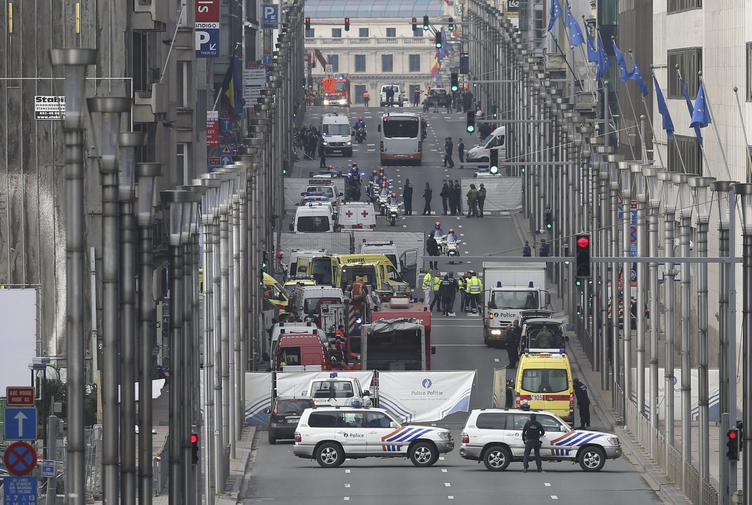 Brüsszel, 2016. március 22. Rendőrök és mentősök a brüsszeli Maelbeek nevű metróállomásnál, miután robbantás történt a helyszínen 2016. március 22-én. Tizenegyen életüket vesztették és 81-en megsebesültek a brüsszeli Zaventem nemzetközi repülőtéren elkövetett öngyilkos merényletben, valamint tizenöt halottja és 55 sebesültje van a Maelbeek metróállomásnál történt robbantásnak. (MTI/EPA/Olivier Hoslet)