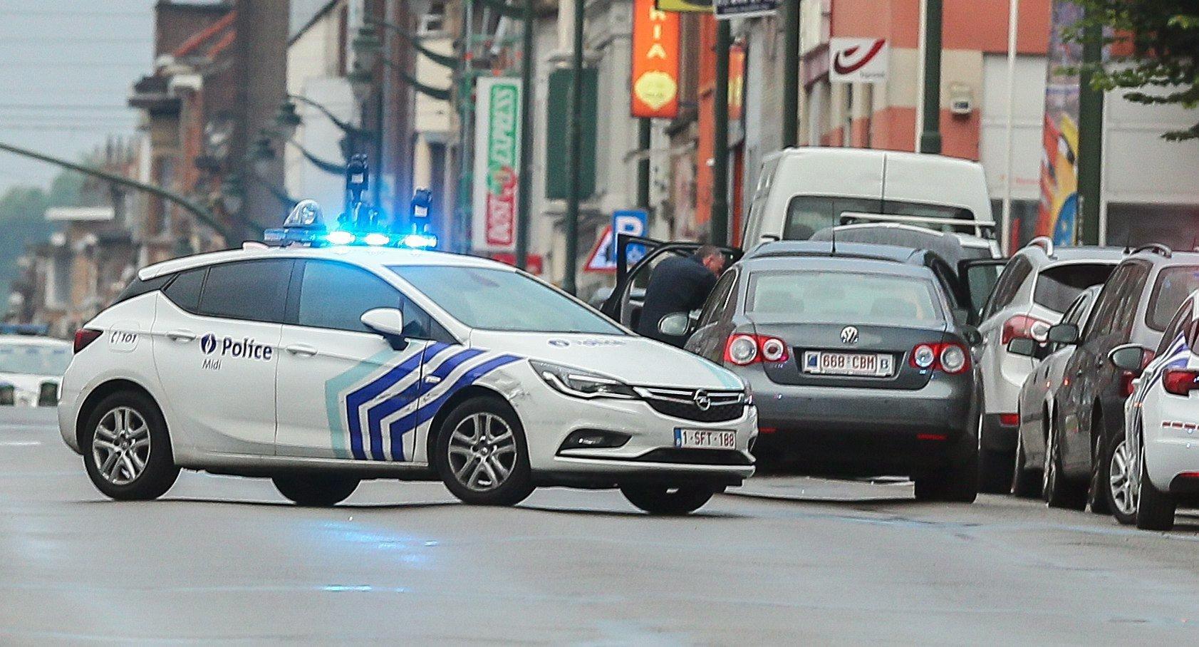 Brüsszel, 2017. augusztus 8. Rendőrautó a brüsszeli Molenbeek negyedben, ahol belga rendőrök autós üldözés után rálőttek egy gépkocsira, amelynek sofőrje azt állította, hogy robbanószer van nála, ennek azonban semmi nyomát nem találták a tűzszerészek. Az incidensben senki sem sérült meg. (MTI/EPA/Stephanie Lecocq)