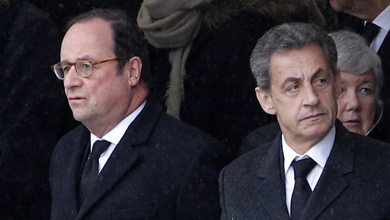 Francois Hollande (b) és Nicolas Sarkozy korábbi francia elnökök a dél-franciaországi túszdráma során meggyilkolt Arnaud Beltrame csendőr alezredes temetésén Párizsban 2018. március 28-án (Fotó: MTI/AP/Christophe Ena)