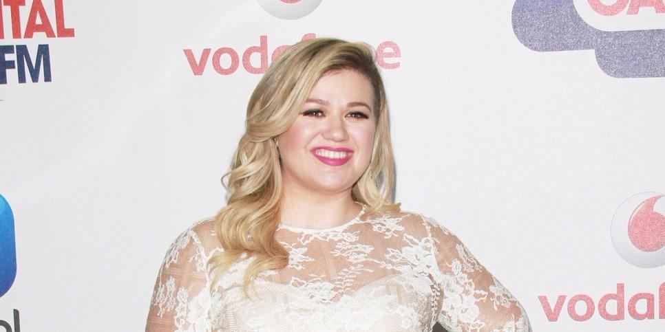 Kelly Clarkson fekete estélyiben leplezte le új alakját