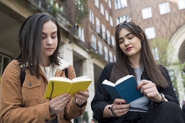 Az első POKET automatából vásárolt könyveket olvassák fiatalok a fővárosi Örkény Színház előtt, a Madách téren. Az automatából okostelefon-méretű zsebkönyvek, kortárs és klasszikus irodalmi művek vásárolhatók (MTI-fotó: Mohai Balázs)