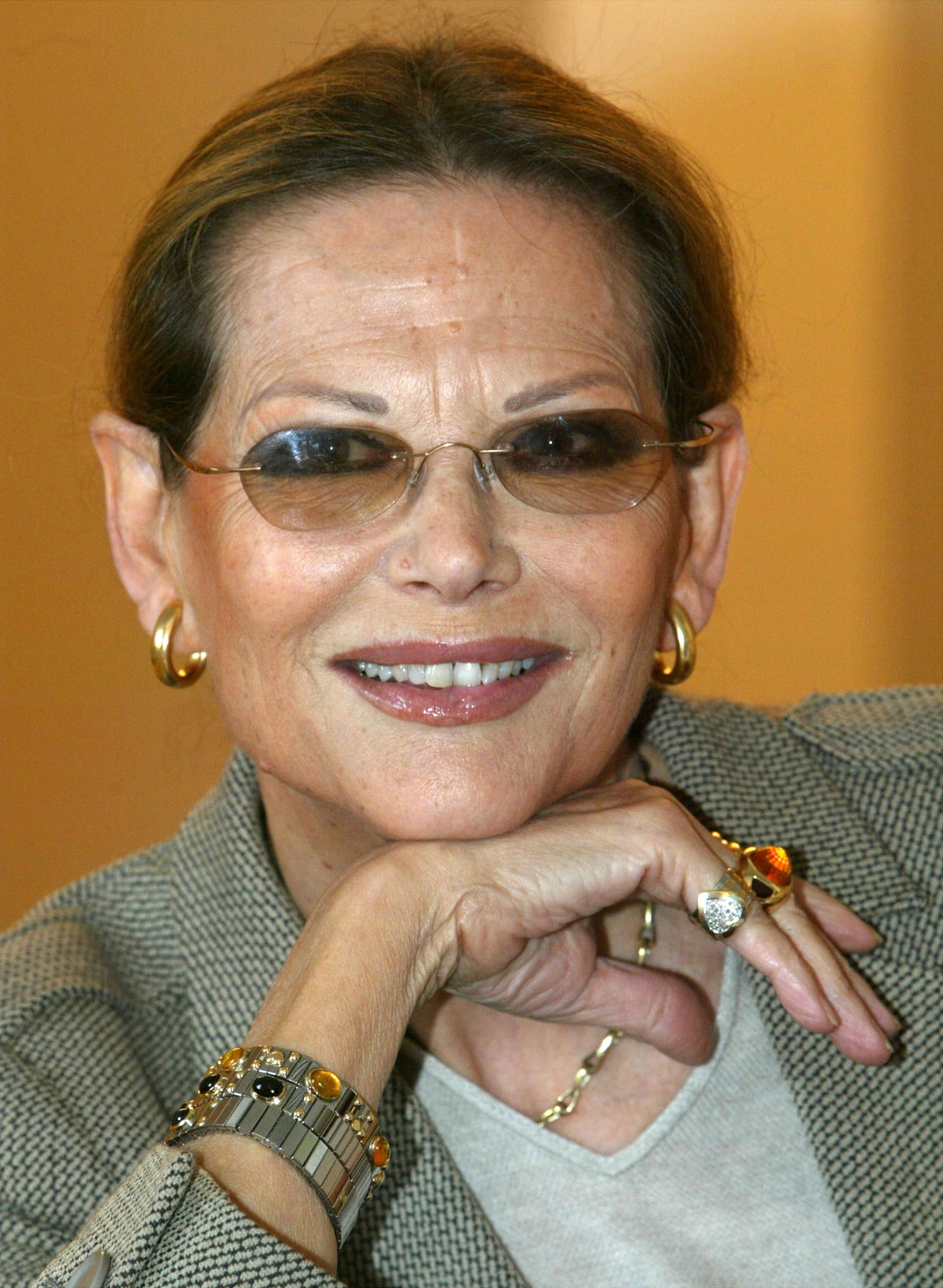 Claudia CARDINALE olasz színésznő mosolyog Rómában 2002. november 4-én, Pirandello Come tu mi vuoi című vígjátékának a római Argentína színházbeli bemutatója előtt egy nappal. (MTI/EPA/ANSA/Alessandro Bianchi)