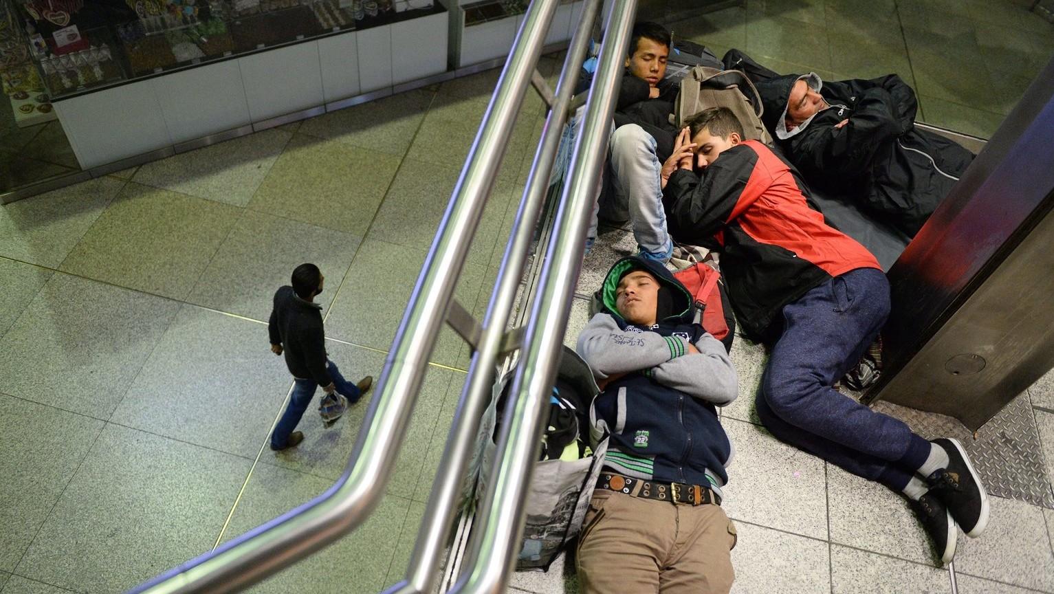 Magyarországról Ausztrián keresztül Németországba érkezett illegális bevándorlók alszanak a müncheni főpályaudvaron – képünk illusztráció (MTI/EPA/Andreas Gebert)