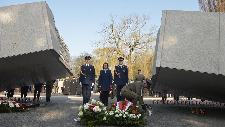 Malgorzata Kidawa-Blonska, a lengyel parlamenti alsóház, a szejm alelnöke (k) lerója kegyeletét a szmolenszki repülőszerencsétlenség áldozatai előtt a varsói Powazki katonai temetőben lévő emlékműnél 2018. április 10-én (Fotó: MTI/EPA/Marcin Obara)