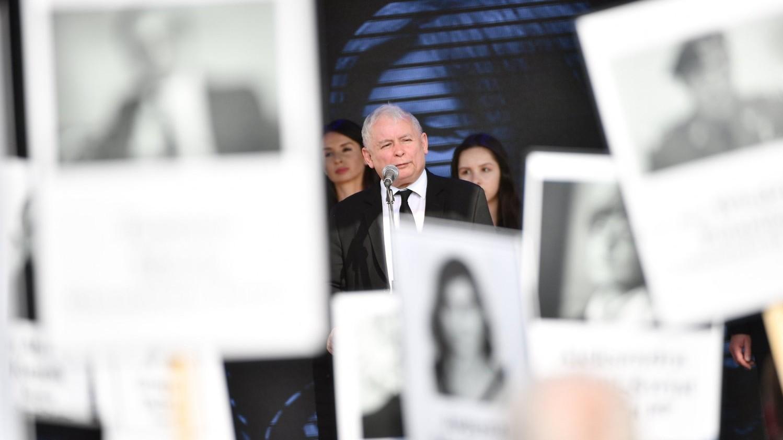 Jaroslaw Kaczynski, a kormányzó lengyel nemzeti konzervatív Jog és Igazságosság Pártjának (PiS) elnöke beszél a szmolenszki repülőszerencsétlenség áldozatainak emlékére a varsói Pilsudski téren tartott ünnepségen 2018. április 10-én (Fotó: MTI/EPA/Jacek Turczyk)
