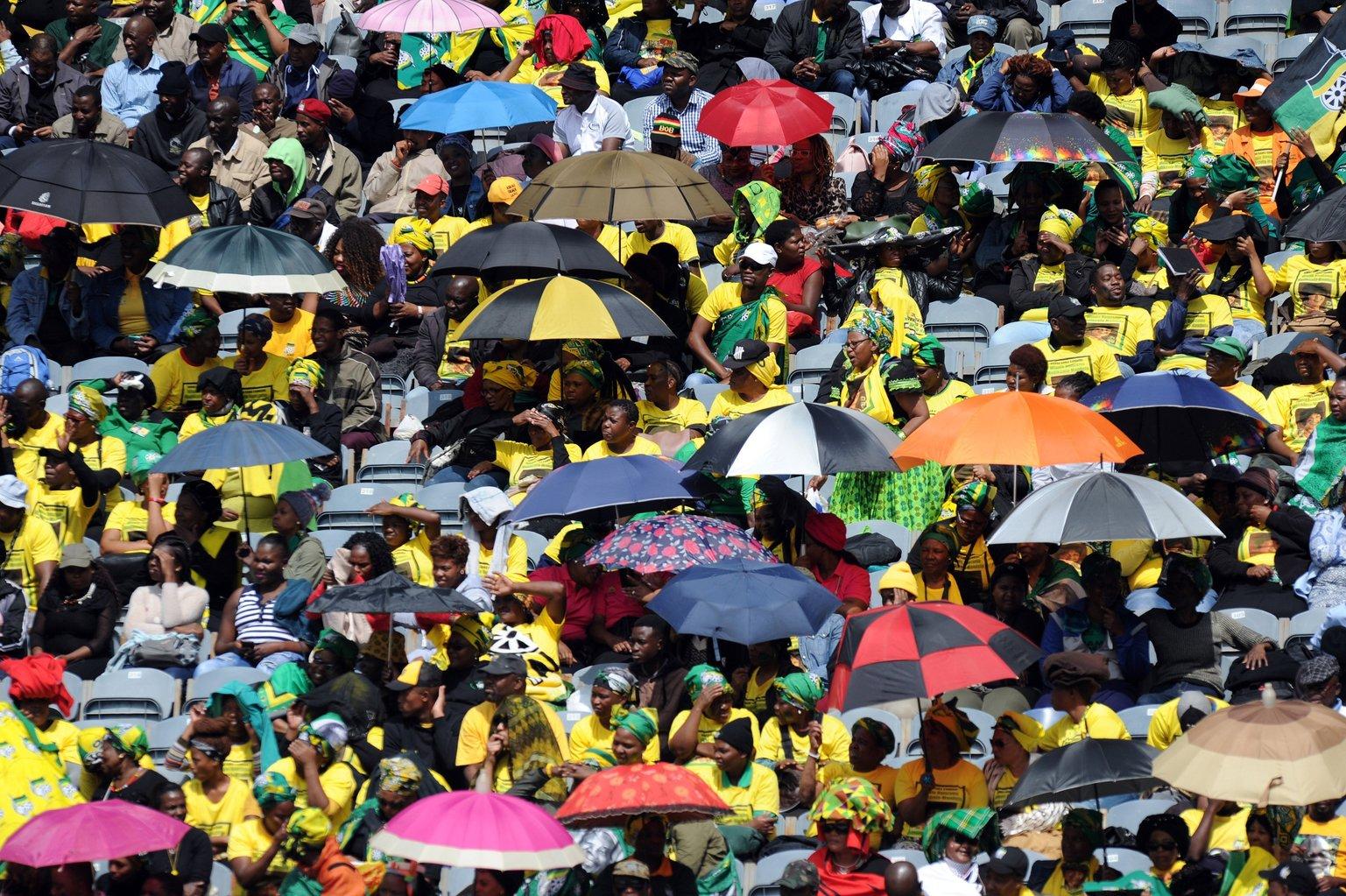 Johannesburg, 2018. április 11. Gyászolók búcsúznak Winnie Mandelától, Nelson Mandela néhai dél-afrikai elnök és Nobel-békedíjas politikus második feleségétől az Orlando Stadionban tartott gyászszertartáson a Johannesburgtól 27 kilométerre, délnyugatra fekvő Sowetóban 2018. április 11-én. Winnie Mandela, az apartheid elleni küzdelem harcosa 2018. április 2-án, hosszú betegség után 81 éves korában hunyt el a johannesburgi Netcare Milpark kórházban. (MTI/EPA)