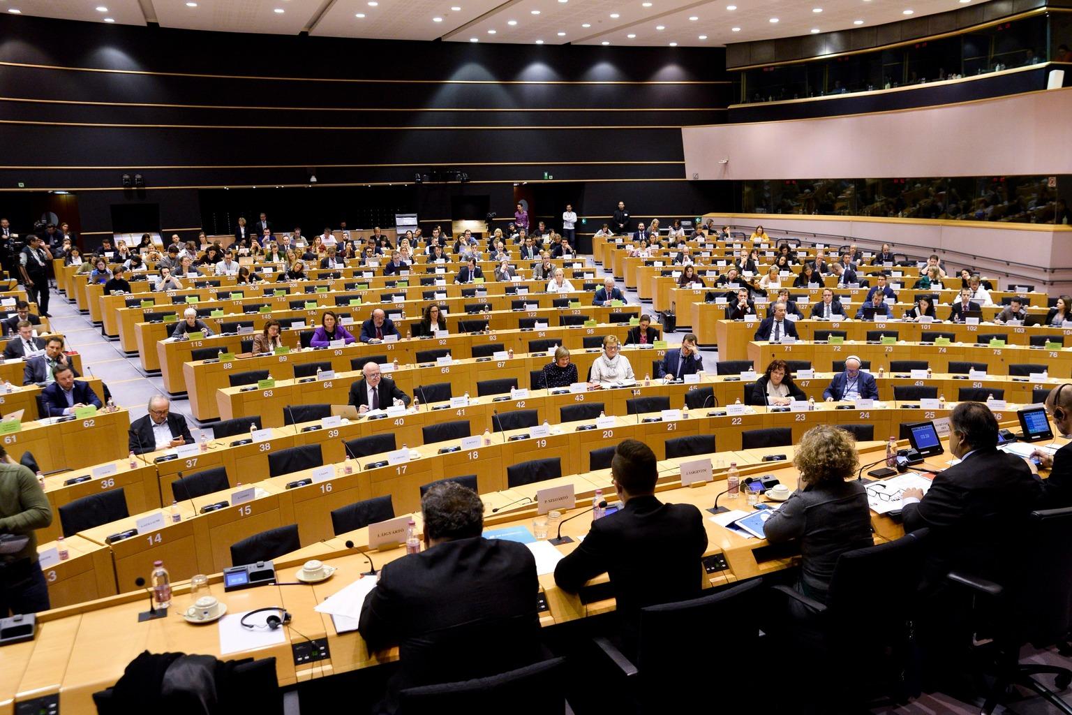 Az Európai Parlament (EP) által közreadott kép az EP belügyi, állampolgári jogi és igazságügyi szakbizottságának (LIBE) a jogállamiság magyarországi helyzetéről tartott meghallgatásáról Brüsszelben 2017. december 7-én. Balról a második Szijjártó Péter külgazdasági és külügyminiszter (háttal). (MTI/Európai Parlament/Dominique Hommel)