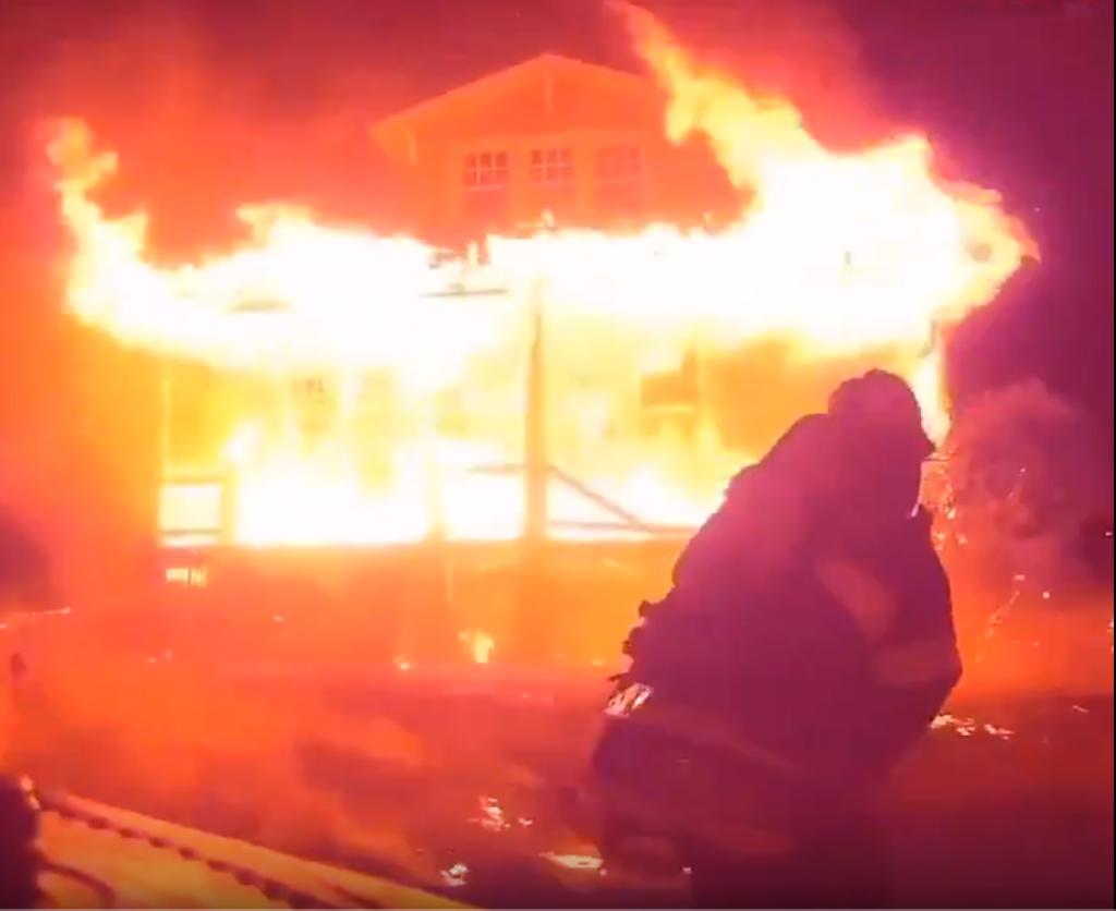 Lángoló házon törtek át a tűzoltók egy áldozat megmentéséért – sisakkamerás felvétel