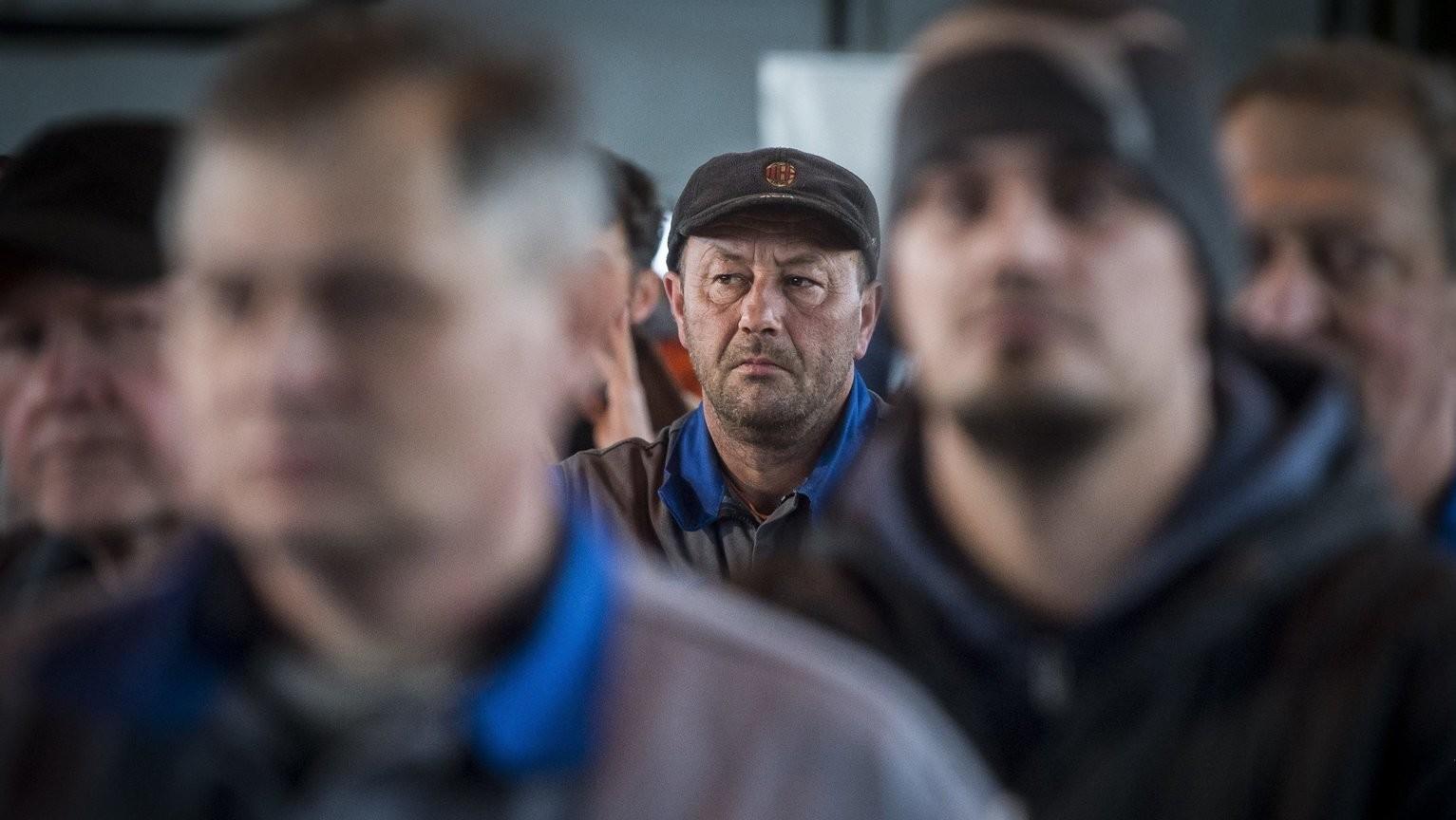 Dolgozók az ünnepségen a fennállásának 50. évfordulóját ünneplő, pótkocsikat és gépjármű felépítményeket gyártó Budamobil-Cargo Járműipari és Szolgáltató Kft. kalocsai üzemében 2018. február 23-án – képünk illusztráció (MTI Fotó: Ujvári Sándor)