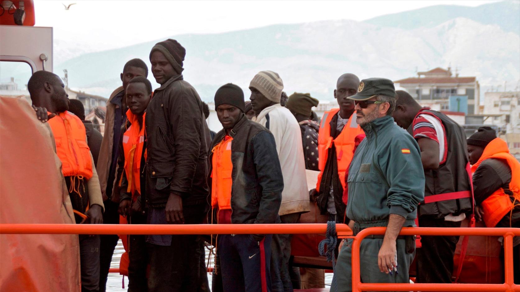 Motril, 2018. május 9. Afrikai migránsok érkeznek a Granada délspanyol tartománybeli Motril kikötőjébe 2018. május 8-án. Az andalúziai partok felé egy kisebb bárkával igyekvő 56 illegális bevándorlót a spanyol tengeri mentőszolgálat vette a hajójára a Földközi-tengeren. (MTI/EPA/Alba Feixas)