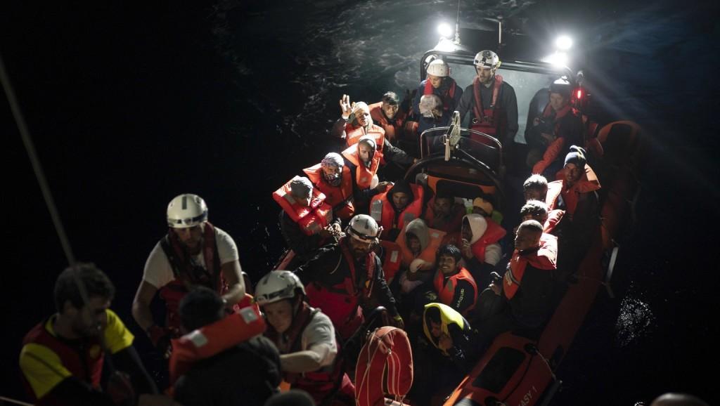 Csaknem háromszáz migránst mentettek ki a Földközi-tengerből