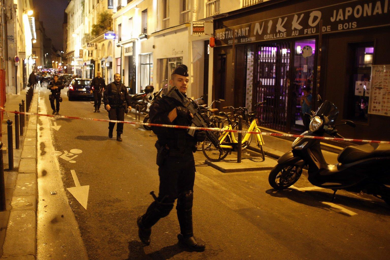 Rendőrök egy lezárt utcaszakaszon Párizs belvárosában, ahol egy férfi késsel járókelőkre támadt 2018. május 12-én. A támadó egy embert megölt, többeket megsebesített, mielőtt a rendőrök lelőtték. (MTI/AP/Thibault Camus)