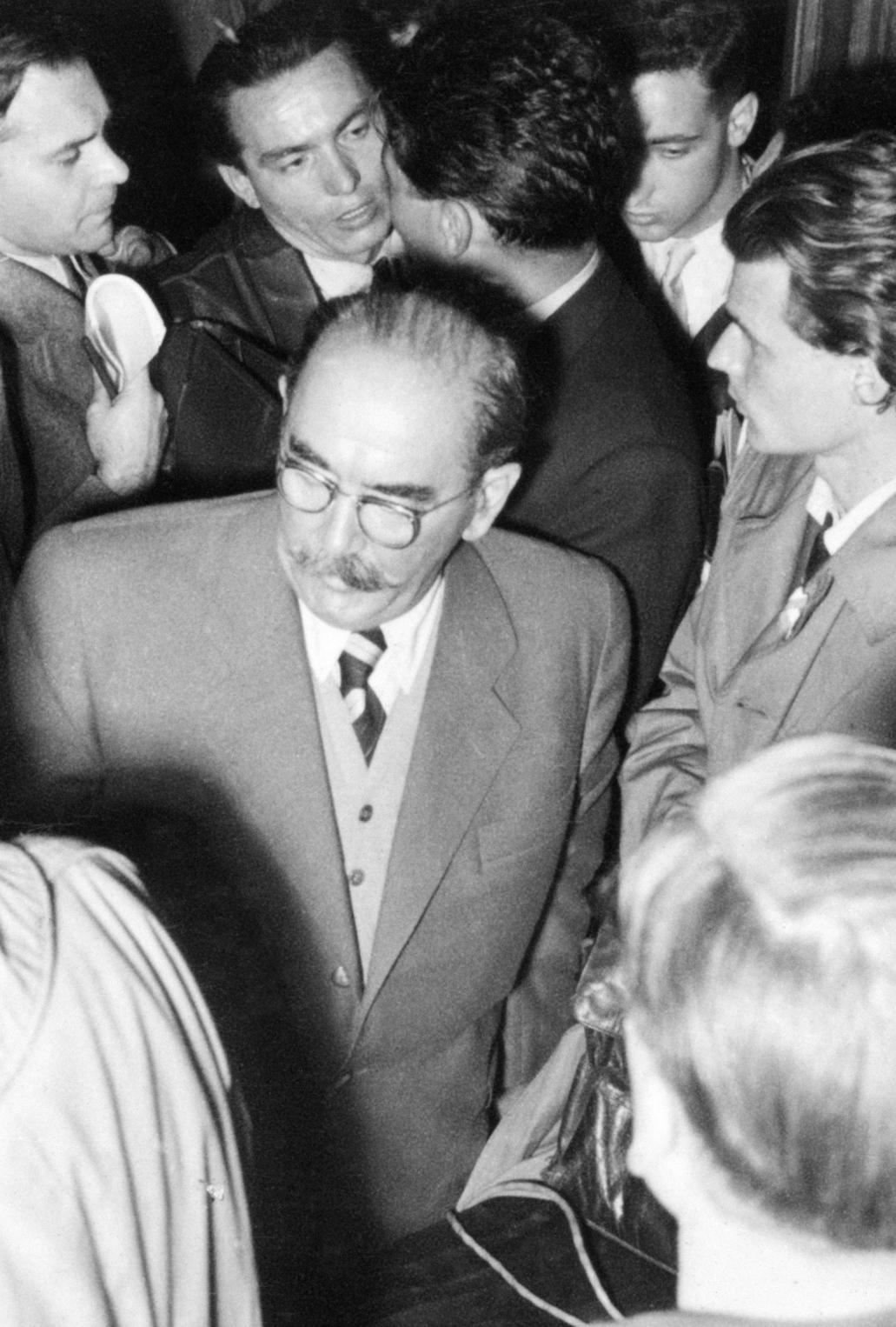 Budapest, 1956. október 23. Nagy Imre (k) volt miniszterelnök a Parlamentbe érkezik 1956. október 23-án este, hogy a Kossuth téren összegyűlt tömegnek beszédet mondjon. MTI Fotó: Hollós Tibor-Petrovits László