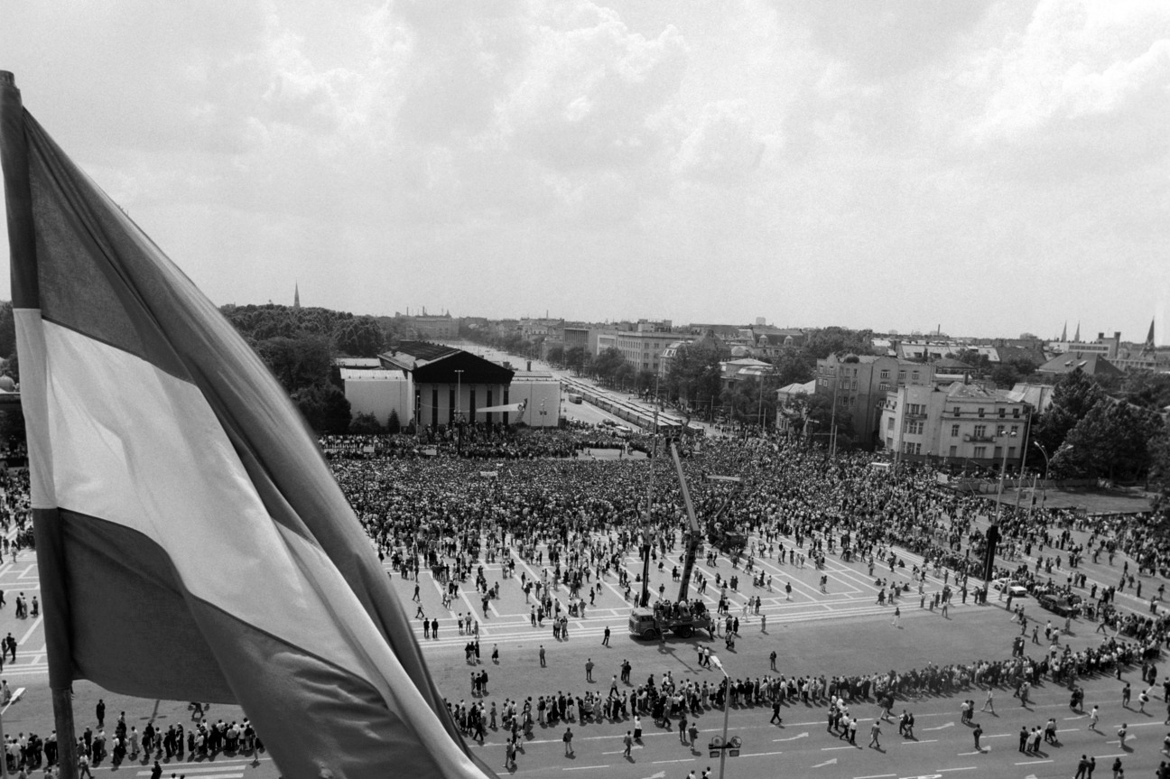 Több tízezer ember vesz részt Nagy Imre és társai gyászszertartásán a Hősök terén (MTI-fotó: T. Asztalos Zoltán)