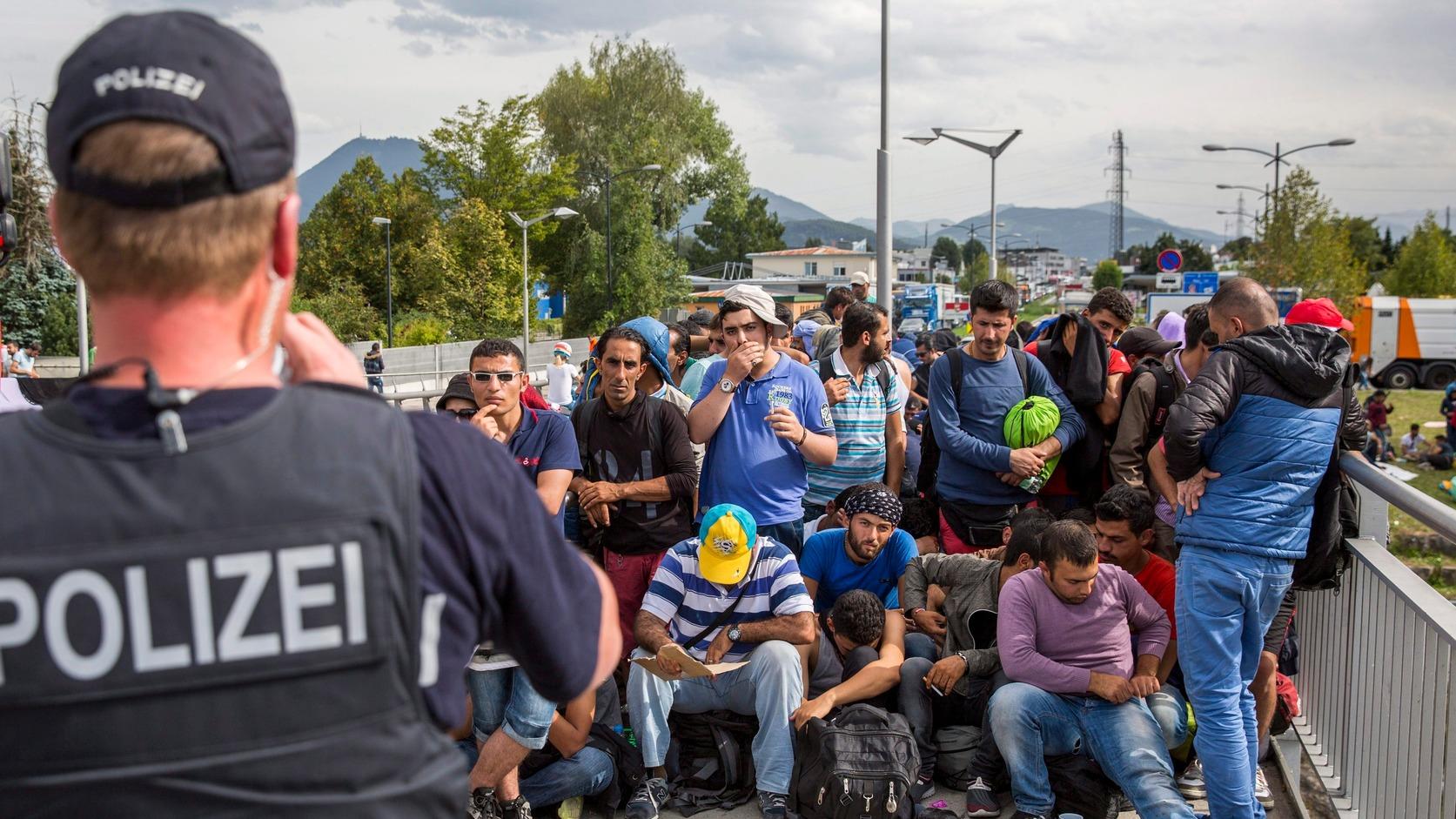 Freilassing, 2015. szeptember 18. Németországba igyekvő illegális bevándorlók az osztrák-német határ német oldalán fekvő Freilassingnál 2015. szeptember 17-én. (MTI/EPA/Marc Müller)