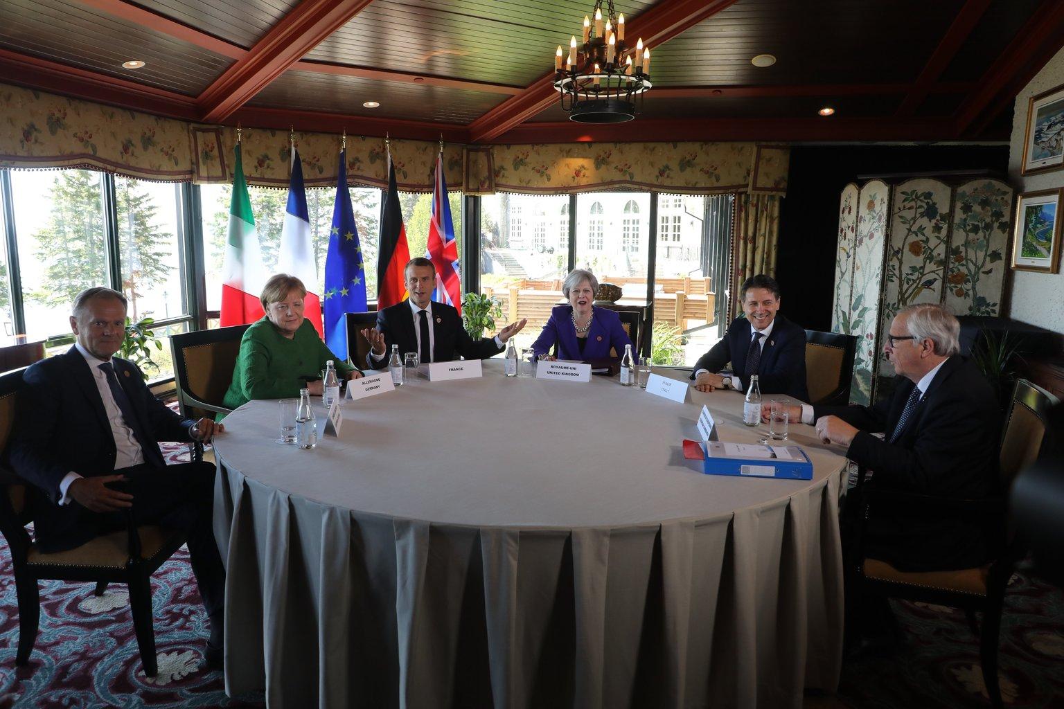 Donald Tusk, az Európai tanács elnöke, Angela Merkel német kancellár, Emmanuel Macron francia elnök, Theresa May brit, Giuseppe Conte olasz miniszterelnök és Jean-Claude Juncker, az Európai Bizottság elnöke (b-j) a világ hét iparilag legfejlettebb államát tömörítő csoport, a G7 kanadai csúcstalálkozója során tartott találkozójukon a kanadai La Malbaiében 2018. június 8-án, a kétnapos tanácskozás első napján. (MTI/EPA pool/Ludovic Marin)
