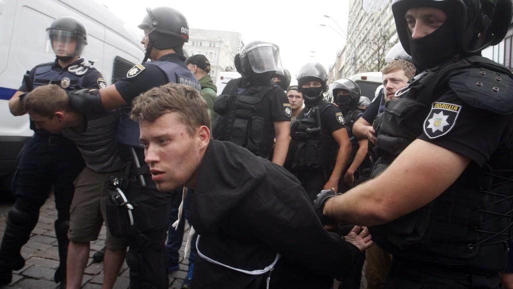 Tüntetők csaptak össze rendőrökkel a kijevi parlament előtt
