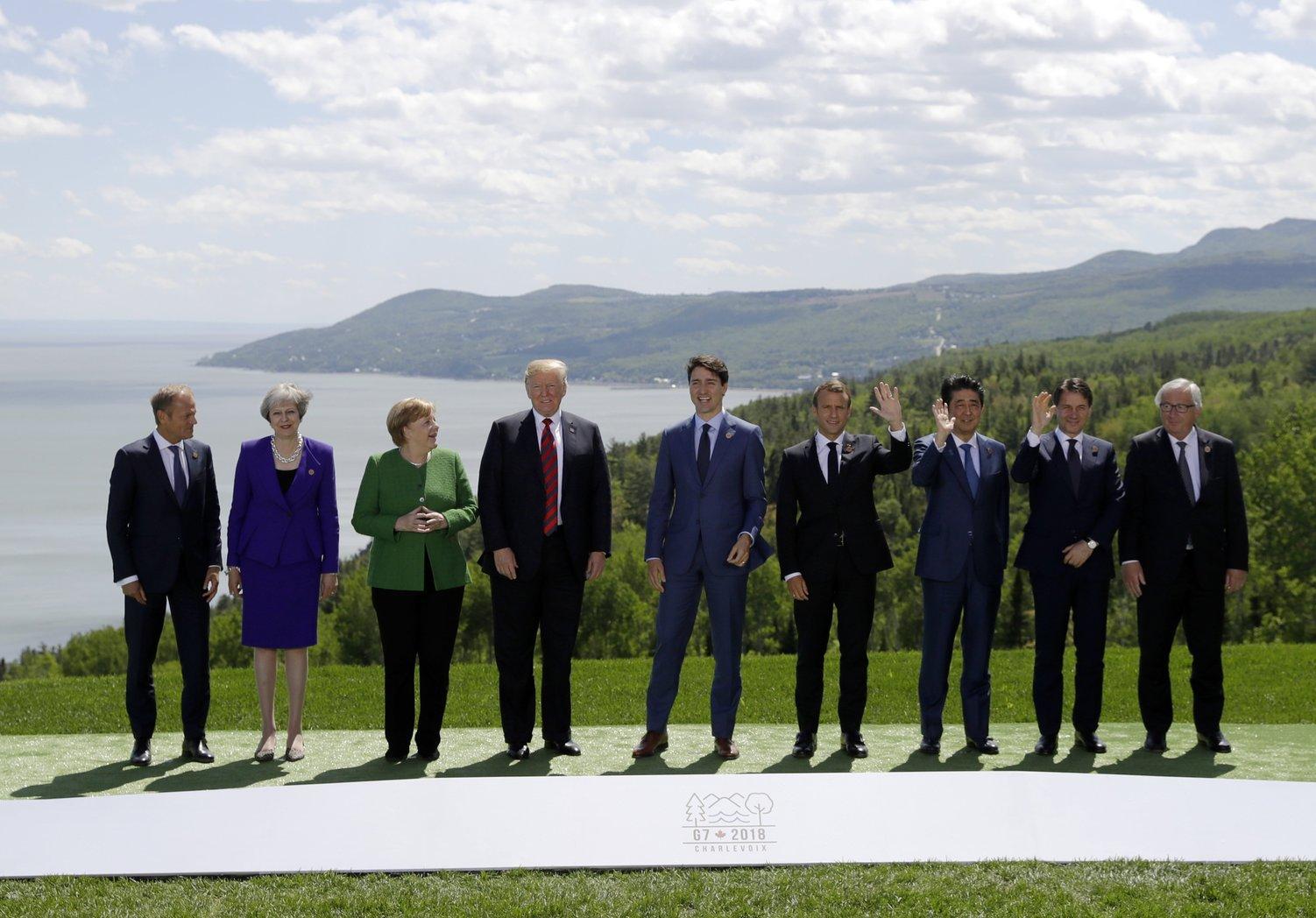 Donald Tusk, az Európai tanács elnöke, Theresa May brit miniszterelnök, Angela Merkel német kancellár, Donald Trump amerikai elnök, Justin Trudeau kanadai miniszterelnök, Emmanuel Macron francia elnök, Abe Sindzó japán, Giuseppe Conte olasz miniszterelnök és Jean-Claude Juncker, az Európai Bizottság elnöke (b-j) csoportkép készítésén vesz részt a világ hét iparilag legfejlettebb államát tömörítő csoport, a G7 kanadai csúcstalálkozója Charlevoix-ban 2018. június 8-án, a kétnapos tanácskozás első napján. (MTI/AP/Evan Vucci)