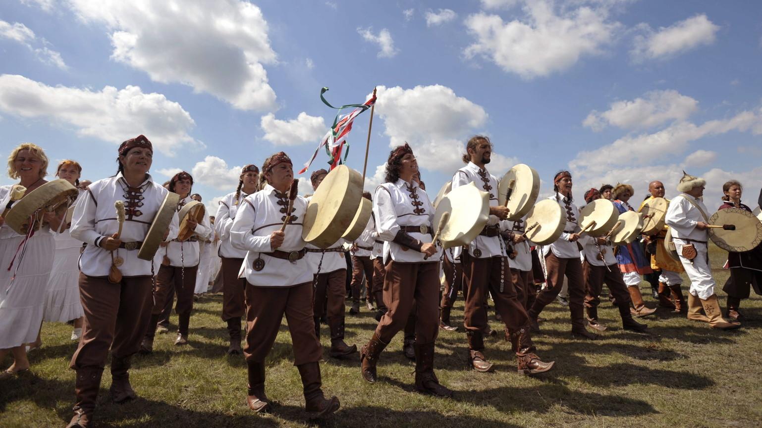 Dobosok vonulnak a Magyar összefogás történelmi élőkép résztvevőiként a Kiskunsági Nemzeti Park területén található Bösztörpusztán, 2008. augusztus 9-én (MTI/Beliczay László)