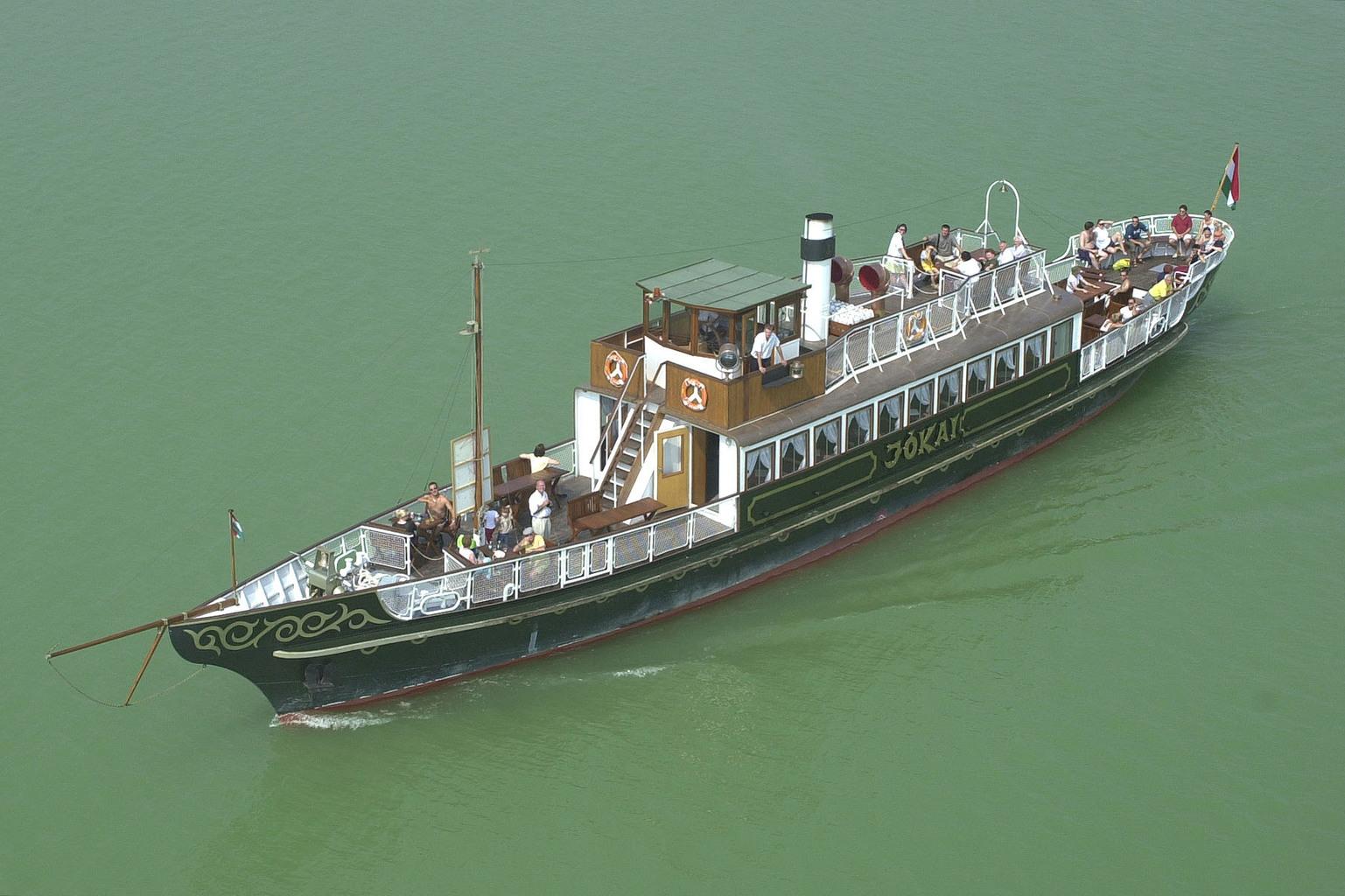 Balaton, 2002. augusztus 27. Újból a Balatonon üzemel a tó egyik legszebb muzeális hajója, az 1913-ban gyártott Jókai motoros, amely Vanyolai Sándor hajózási vállalkozó tulajdona. A vízi jármű 1980-ig közlekedett a Balatonon, majd Tiszalökre került, ahol a hajójavító műhelyben több tízmillió forint költséggel felújították, majd a Tiszán, illetve a Dunán Dunaújvárosba szállították. A Sió-csatorna tartósan alacsony vízállása miatt vízi úton nem lehetett a hajót a Balatonra vinni, ezért a közelmúltban szárazföldön vitték azt a tóra. A most üzembe helyezett, 36 méter hosszú sétahajó 100 utast tud szállítani. MTI Fotó: H. Szabó Sándor