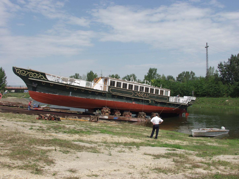 Siófok, 2002. augusztus 17.  Ismét vízre bocsátották a Dunaújvárosból szárazföldön Siófokra érkezett Jókai hajót. A járművet 1913-ban építették Siófokon és 1980-ig közlekedett a Balatonon, majd leselejtezték és Tiszalökre került, ahol másfél évvel ezelőtt felújították. Most visszakerült eredeti helyére és a Balatoni Hajózási Rt. hajójaként fog tovább szolgálni.  MTI Fotó