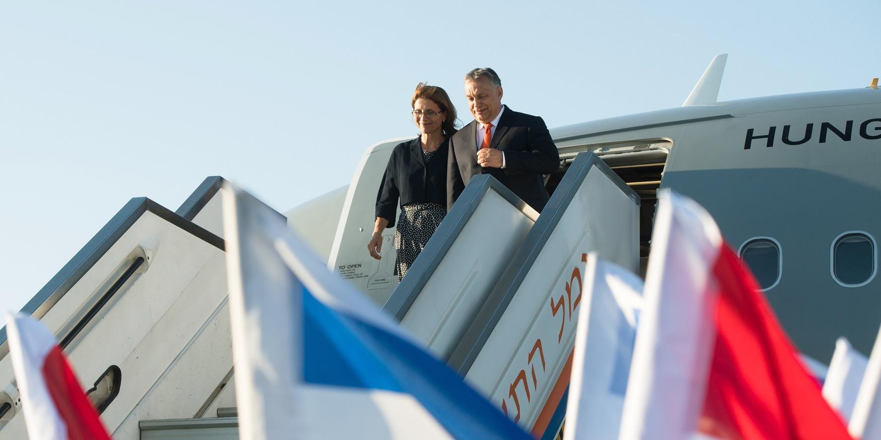 Tel-aviv, 2018. július 18. Orbán Viktor miniszterelnök és felesége, Lévai Anikó a tel-avivi Ben Gurion repülőtérre érkezik 2018. július 18-án. A kormányfő kétnapos hivatalos látogatásra érkezett Izraelbe, tárgyalásai július 19-én kezdődnek.    MTI Fotó: Koszticsák Szilárd