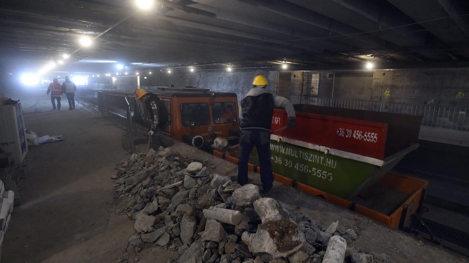 Munkások törmeléket pakolnak egy munkavonatba a 3-as metróvonal Újpest-városkapu megállóhelyen 2018. március 27-én (MTI/Máthé Zoltán)