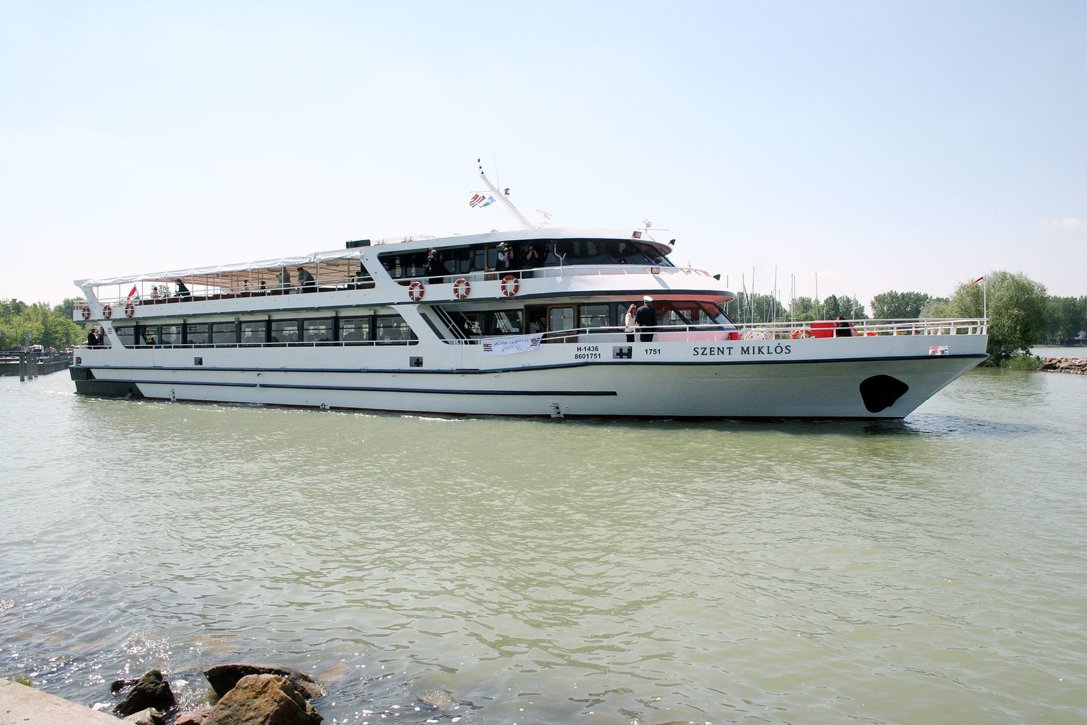 Balatonlelle, 2006. május 12. A Balaton legújabb és egyben legnagyobb, a hajósok védőszentjéről Szent Miklós névre keresztelt hajója a balatonlellei kikötőben. A Törökországban vásárolt hajó eredetileg Kaptan Sevket Iyidere néven Izmirben menetrend szerinti járatként üzemelt. Tavaly úszott fel a Dunán és október 27-én Siófokon zsilipelték át a Balatonba. A Szent Miklóst két 500 lóerős motor hajtja, legnagyobb sebessége 26 km/óra.  MTI Fotó: Nagy Lajos