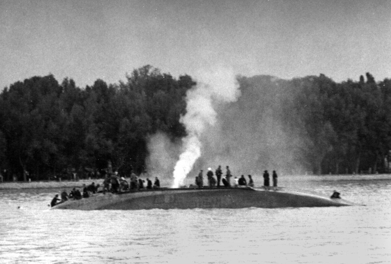 Balatonfüred, 1954. május 30. A füredi öbölben, 178 utassal és a 6 tagú személyzettel a fedélzetén, felborult és az oldalára dőlve elsűllyedt a Pajtás nevű csavargőzös kishajó. 22 utas és a gőzhajó fűtője a vízbe fulladt. Az utasok többségét az évadnyitó  vitorlásverseny résztvevői ki tudták menteni a vízből. Képünkön: A hajótestben rekedt fűtő utolsó erejével kiengedi a kazánból a gőzt, a robbanás elkerülése érdekében. (A magyar sajtóban a katasztrófa után mindössze egy rövid és pontatlan közlemény jelent meg, 30 évig egyetlen további sor sem  láthatott napvilágot a tömegszerencsétlenségről.)  MTI Fotó - vásárolt felvétel