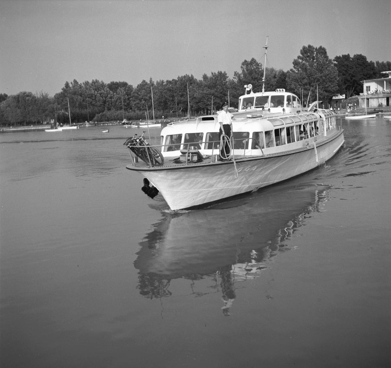 Balatonföldvár, 1956. július 23. Befut a Lelle nevű hajó a földvári öbölbe. MTI Fotó: Bereth Ferenc