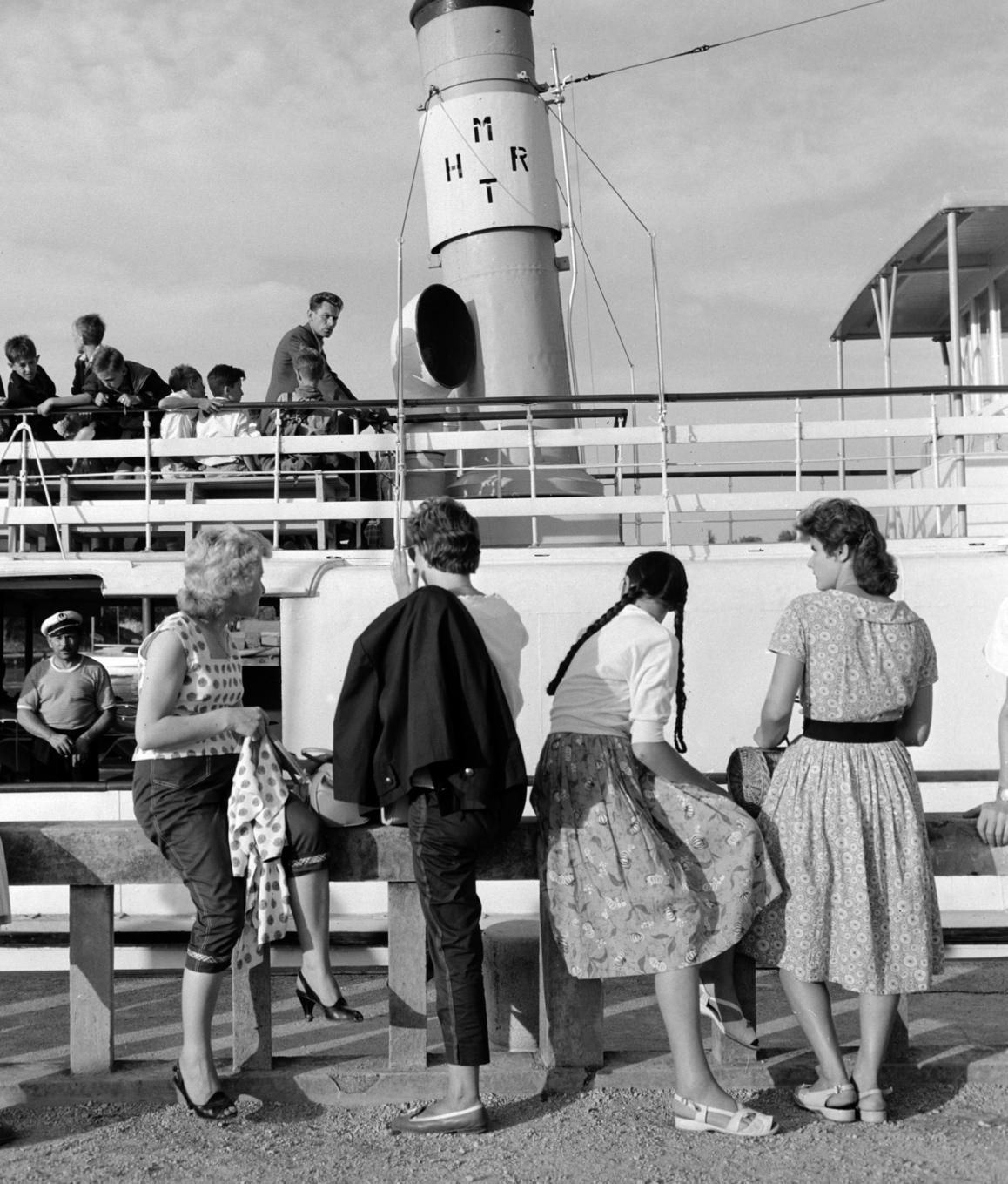 Balatonföldvár, 1960. július 13. A balatonföldvári kikötő mólóján álló nők nézik a MAHART (Magyar Hajózási Rt.) hajóját. MTI Fotó: Balassa Ferenc
