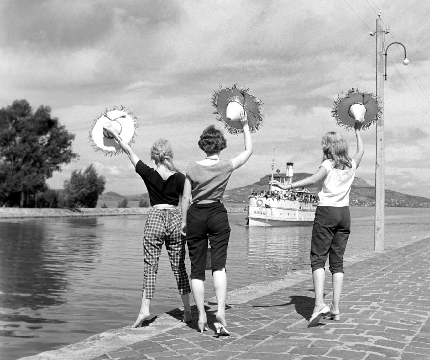 Fonyód, 1960. augusztus 22. Lányok integetnek az érkező Ifjúgárda elnevezésű hajónak, a kikötőben. MTI Fotó: Járai Rudolf